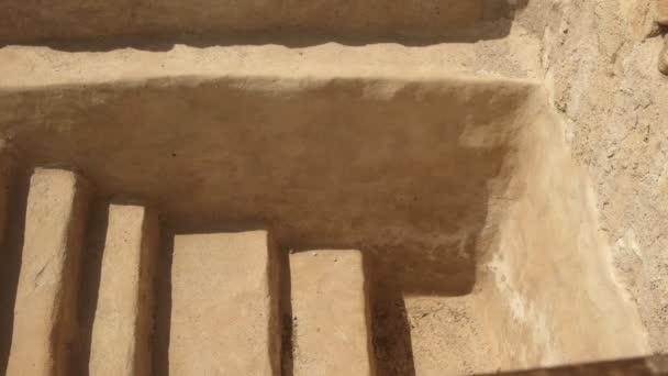 die Schritte zu einem rituellen Bad in qumran, israel