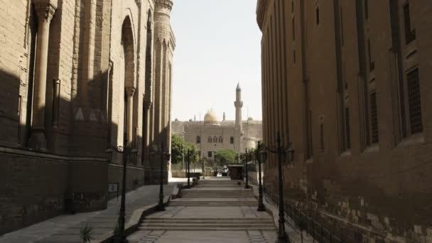 pouliční výhled na mešitu sultána Hassan a minaret v Káhiře