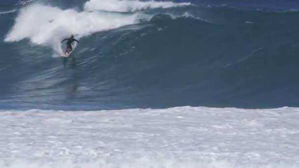 4K 60p klipet egy szörfös sisakot kap egy cső lovagolni a csővezeték Hawaii