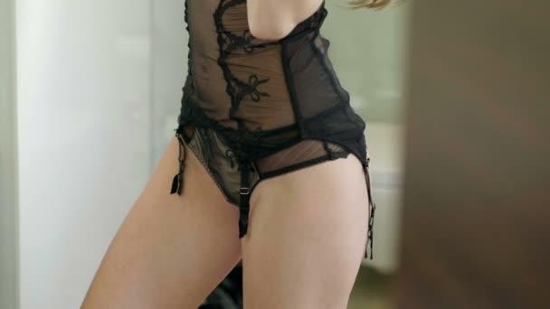 roskoshnaya-blondinka-v-neglizhe-porno-vzroslie-teti-foto