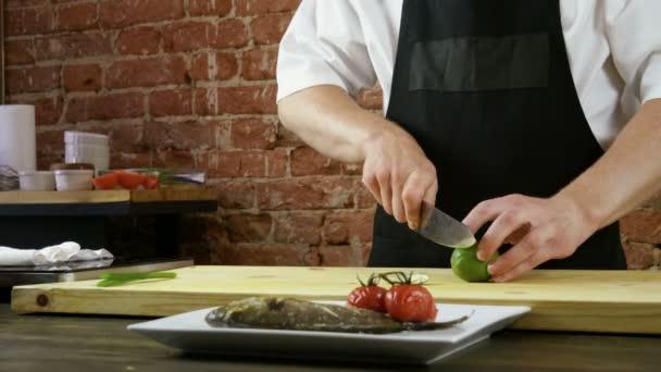 gekochter Wolfsbarsch. frischer Fisch gebacken mit Rosmarin, Tomaten. serviert mit grünen Zwiebeln und Limetten. 4k