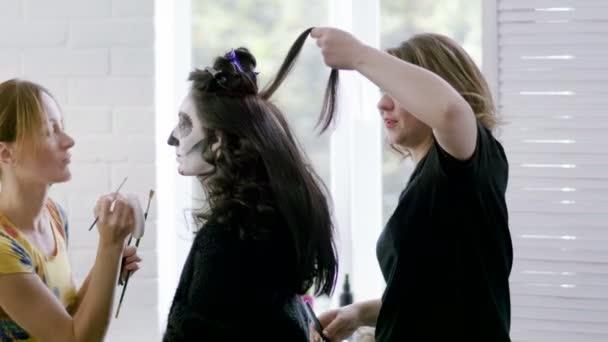 Make-up-Artist, Friseur Make-up, lockige Haare für die Frau zu Halloween. 4k