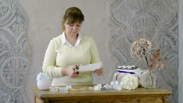 A nő, hogy mesterséges Hortenzia virágok fehér és bézs színű papír. 4k