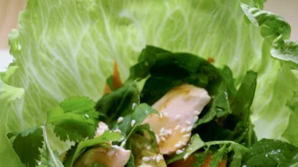 Evropská jídla. Close-up shot salátu s rybami, bylin a zeleniny. 4k