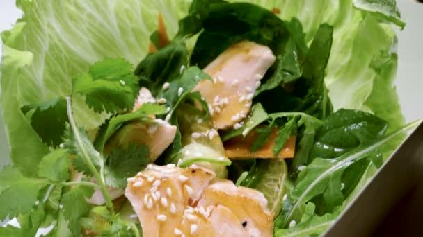 Evropská jídla. Close-up shot salátu s uzeným lososem, bylinkami a zeleninou. 4k