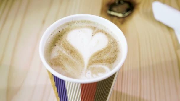 Zár-megjelöl szemcsésedik-ból tej hab tetején cappuccino vagy a latte kávé take away kupa szív alakban. 4k