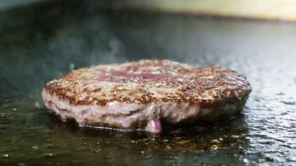Nahaufnahme von Koch Grillen auf Rind-oder Schweineschnitzel für Hamburger. 4k