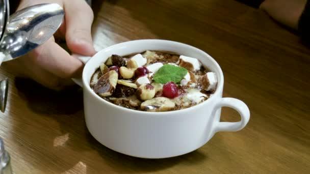 Detail ovesné kaše s ořechy, jahody, banán, čokoláda se podává k snídani v restauraci. 4k