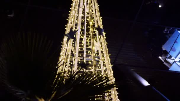 Vánoční stromeček zdobený světla a hračky na Vánoce nebo nový rok na ulici. 4k