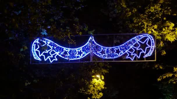 Venkovní vánoční scene. Vánoční pozadí: světla, ozdoby a pouliční dekorace. 4k