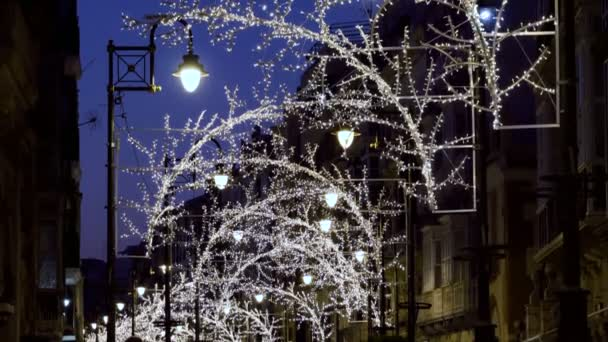 Město zdobí světel, ozdoby a pouliční dekorace na Vánoce. 4k