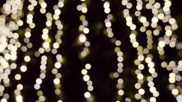 Winterurlaub. Blinkende Weihnachtsbaum Lichter Bokeh im Hintergrund unscharf. 4k