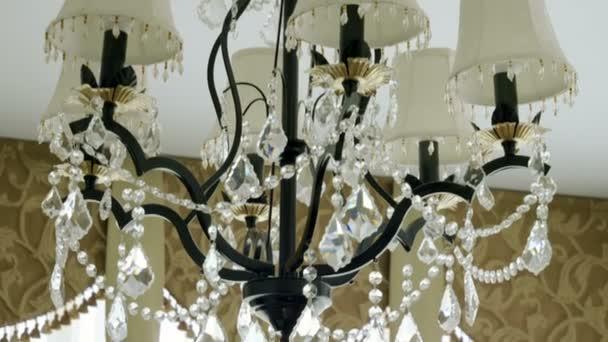 Kristall-Lampe. Vintage elegante Kronleuchter an der Decke in einem  Luxus-Wohnzimmer. 4k
