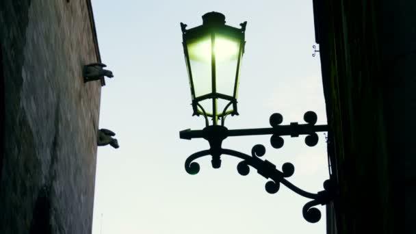 Die Stadt ist weihnachtlich geschmückt mit Lichtern, Dekorationen und Straßendekorationen. 4k