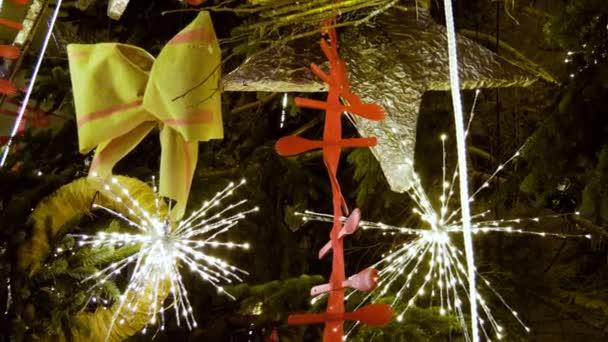 Weihnachtsbaum geschmückt mit Lichtern und Spielzeug für Weihnachten oder Neujahr auf der Straße. 4k