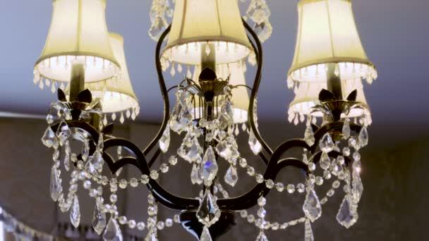 Kristály lámpa. Vintage elegáns csillár-mennyezet luxus nappalijában. 4k