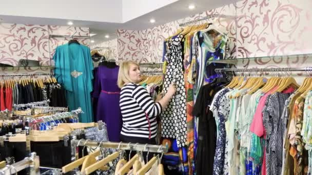 Dvě veselé atraktivní dospělých žen jsou společně nakupovat v obchodním domě. 4k