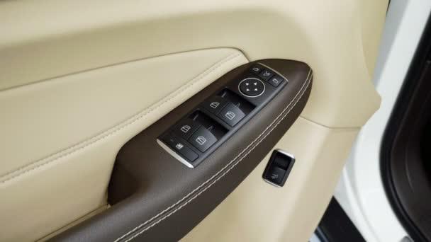 Podrobně o dveře auta. Detail interiéru drahé auto. 4k
