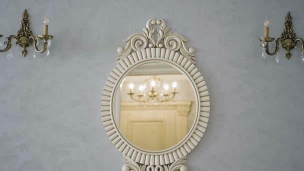 Linterno del salotto. Lo specchio vintage appeso al muro. Rallentatore. Hd