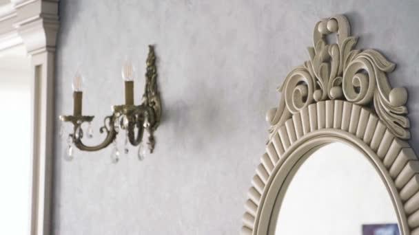 Vnitřek obývacího pokoje. Zrcadlové zrcadlo visí na stěně. Zpomaleně. Hd