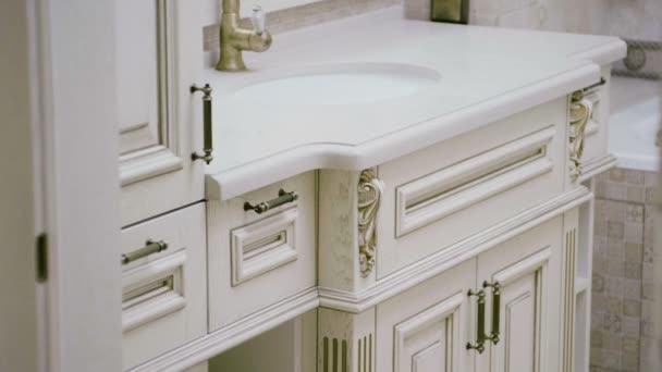 Linterno di un bagno moderno. Riprese ravvicinati di mobili. Rallentatore. Hd