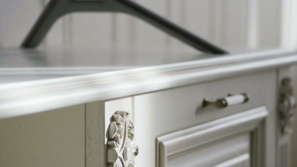 Linterno di un elegante salotto. Close-up di mobili. Rallentatore. Hd