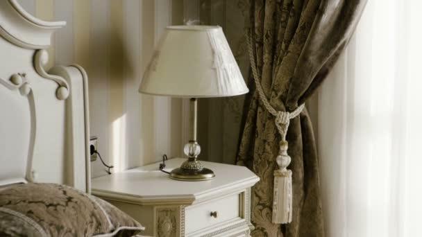 Interiér elegantní ložnice. Další záběr nábytku do ložnice. Zpomaleně. Hd