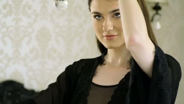 Portré vonzó mosolygó kaukázusi etnikai barna fiatal nő kamera luxus nappaliban nézi. 4k
