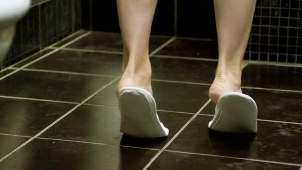 La donna che toglie le pantofole e andare a piedi nudi sulle sue punte dei piedi. 4k