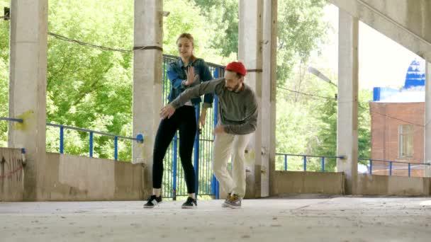 Bella coppia di ballerini professionisti ballare coreografia hip hop in strada estiva. 4K