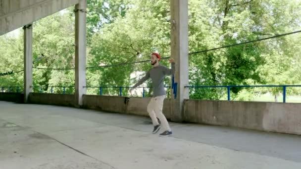 Danzatrice di strada. Giovane talentuoso uomo che esegue la danza Freestyle. 4K