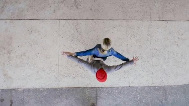 Danza di strada. Vista dallalto della giovane coppia di ballerini professionisti che ballano, breakdance e spettacolo di danza Freestyle. Rallentatore. Hd