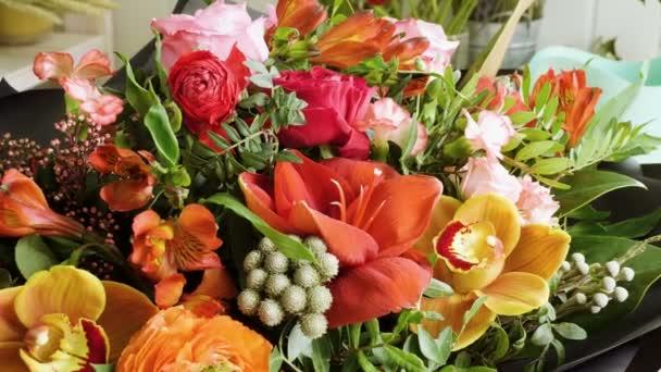 Közeli lövés egy szép és stílusos csokor friss különböző virágok virágos design stúdió, virágbolt. 4k