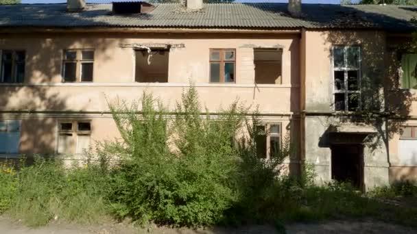 Budova odsouzená. Prázdný starý vícepodlažní dům, který má být zdemolován. 4k