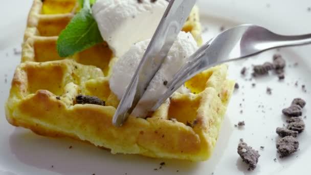 Snídám snídani. V těsném záběru si ženy s nožem a vidličkou vysekly vídeňské vafle. 4k