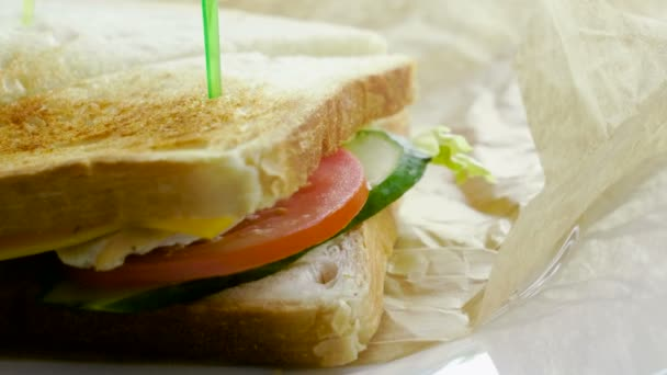 Az egészséges reggeli. Csirke szendvics sajttal, hússal, paradicsommal, uborka, saláta, majonéz és fokhagyma két darab kenyér között. 4k