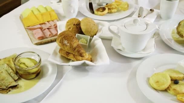 Reggeli: croissant, sajt, sonka, bacon, palacsinta, lekvár, sajtkrém, vaj, kenyér, tea. 4k