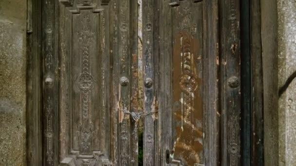 Vintage nagy, fából készült kapu vagy ajtók lakatot rajta. Cartagena. Spanyolország. 4k