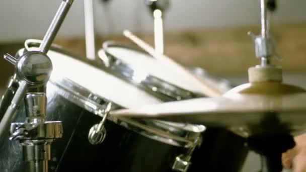 Blízká bubenice, která hraje na bubny, mlátí klacky. 4k