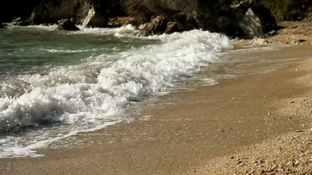 Seelandschaft. große Wellen brechen am Ufer des ionischen Meeres. Griechenland. Zeitlupe. hd