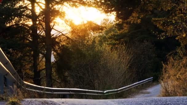Egy üres aszfaltút a Pireneusok hegységben. 4k
