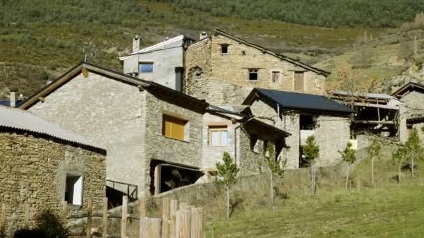 Építészete Andorra. Egy régi kőház külseje. 4k