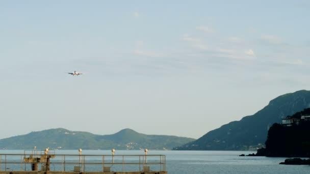 Passagierflugzeug am Himmel. Flugzeuge landen auf der Landebahn des Flughafens von Korfu. Griechenland. 4k