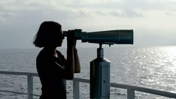 Sziluettje nő keres a turista távcsövet a Földközi-tengeren. 4k