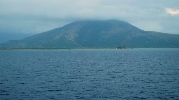 Hora nahoře v oblaku. Nádherný výhled na řecký ostrov se skály v Jónském moři. Povaha Řecka. 4k