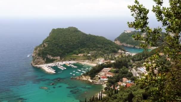 Meeresküste des Mittelmeeres. felsige Landzunge von Korfu. Landschaft des ionischen Meeres in Griechenland 4k