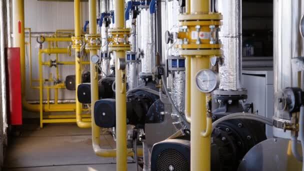 Heizungsraum oder Technikraum mit Warmwasserleitungen.
