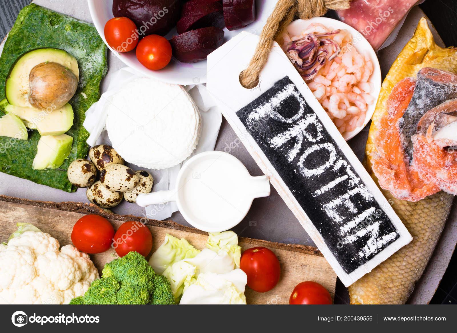 Высоким содержанием белка питание рыба, мясо, птицу, орехи, яйца.