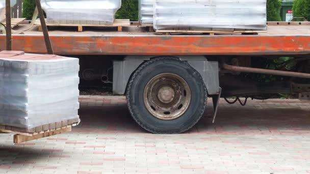 Teherautó tele beton tégla a fából készült raklapok. Absztrakt: berakodása és szállítása.