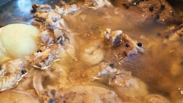 hausgemachtes Gelee aus Schweinefleisch und Rindfleisch, Holodets, traditionelles russisches Mittagessen aus Fleisch.